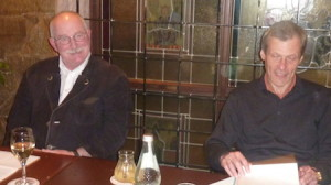 """Dr. von Müller und Dr. Dumm (v.l.n.r.) beim Gegenwind Stammtisch zum Thema """"Infraschall"""""""